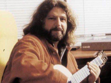 Оливер Шанти с гитарой