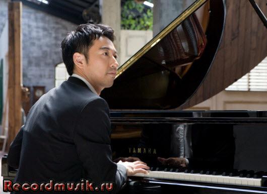 Корейский музыкант Yiruma - за фортепиано