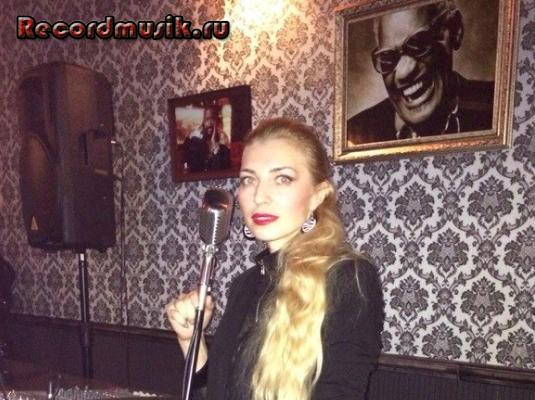 Певица Natune за микрофоном